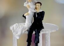 Γαμήλια Κορυφή Γαμπρός & Νύφη Αγκαλιά, Καθιστοί 12cm (κωδ. 8035)